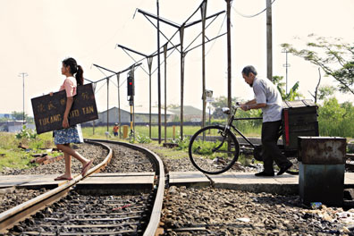 the photographer, the girl and the railway line